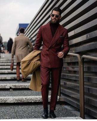 Cómo combinar: abrigo largo marrón claro, blazer cruzado de rayas verticales burdeos, jersey de cuello alto burdeos, pantalón de vestir de rayas verticales burdeos
