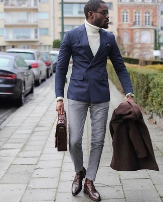 Cómo combinar: abrigo largo en marrón oscuro, blazer cruzado azul marino, jersey de cuello alto de punto blanco, pantalón de vestir gris