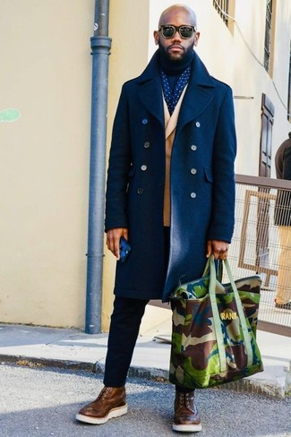 Cómo combinar: abrigo largo azul marino, blazer cruzado marrón claro, jersey de cuello alto azul marino, pantalón chino negro