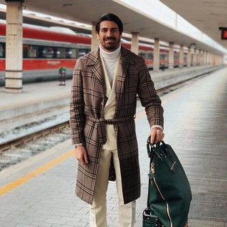 Cómo combinar: abrigo largo de tartán marrón, blazer cruzado de lana en beige, jersey de cuello alto de punto blanco, pantalón de vestir de lana en beige
