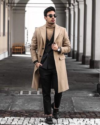 Cómo combinar: abrigo largo marrón claro, blazer cruzado negro, jersey de cuello alto marrón claro, pantalón de vestir negro