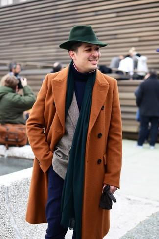 Cómo combinar: abrigo largo en tabaco, blazer cruzado de tartán marrón, jersey de cuello alto azul marino, camisa de manga larga de cuadro vichy en rojo y blanco