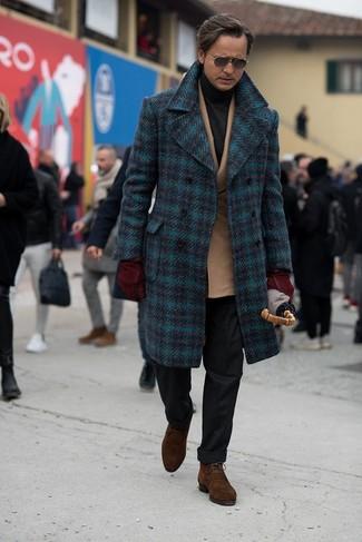 Cómo combinar un jersey de cuello alto en gris oscuro: Intenta ponerse un jersey de cuello alto en gris oscuro y un pantalón de vestir de lana negro para un perfil clásico y refinado. Si no quieres vestir totalmente formal, elige un par de botas safari de ante en marrón oscuro.