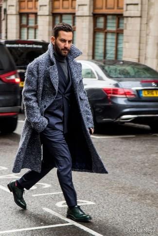 Cómo combinar un jersey de cuello alto en gris oscuro: Luce lo mejor que puedas en un jersey de cuello alto en gris oscuro y un pantalón de vestir azul marino. Con el calzado, sé más clásico y complementa tu atuendo con zapatos oxford de cuero verde oscuro.