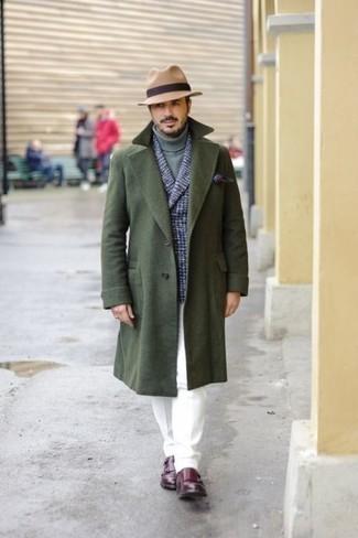 Cómo combinar un pañuelo de bolsillo estampado burdeos: Haz de un abrigo largo verde oscuro y un pañuelo de bolsillo estampado burdeos tu atuendo para un look agradable de fin de semana. Dale un toque de elegancia a tu atuendo con un par de zapatos con doble hebilla de cuero burdeos.