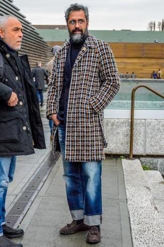 Cómo combinar un blazer cruzado con un mocasín con borlas: Para un atuendo que esté lleno de caracter y personalidad considera ponerse un blazer cruzado y unos vaqueros desgastados azules. Haz mocasín con borlas tu calzado para mostrar tu inteligencia sartorial.