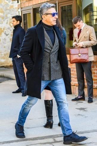 Cómo combinar un abrigo largo: Empareja un abrigo largo junto a unos vaqueros desgastados celestes para una apariencia fácil de vestir para todos los días. Con el calzado, sé más clásico y haz zapatos derby de ante azul marino tu calzado.
