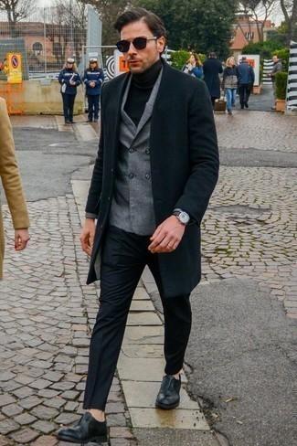 Un pantalón de vestir de vestir con un abrigo largo negro: Ponte un abrigo largo negro y un pantalón de vestir para un perfil clásico y refinado. Zapatos oxford de cuero negros son una opción incomparable para completar este atuendo.