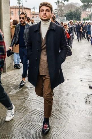 Cómo combinar un pantalón chino marrón para hombres de 20 años: Ponte un abrigo largo azul marino y un pantalón chino marrón para crear un estilo informal elegante. Opta por un par de mocasín de cuero estampado negro para mostrar tu inteligencia sartorial.
