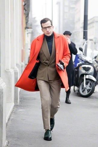 Emparejar un abrigo largo rojo junto a un pantalón de vestir en beige es una opción inmejorable para una apariencia clásica y refinada. Un par de zapatos oxford de cuero verde oscuro se integra perfectamente con diversos looks.