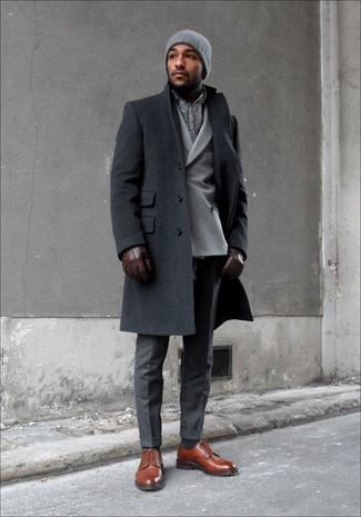 Algo tan simple como optar por un abrigo largo gris oscuro y un pantalón de vestir gris oscuro puede distinguirte de la multitud. Zapatos derby de cuero marrónes añaden un toque de personalidad al look.