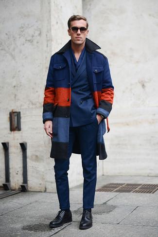 Haz de un abrigo largo azul marino y un pantalón de vestir azul marino tu atuendo para una apariencia clásica y elegante. ¿Quieres elegir un zapato informal? Opta por un par de zapatos derby de cuero negros para el día.