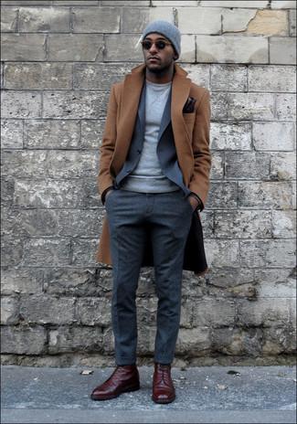 Cómo combinar un jersey con cuello circular en gris oscuro: Utiliza un jersey con cuello circular en gris oscuro y un pantalón de vestir de lana gris para rebosar clase y sofisticación. Zapatos brogue de cuero burdeos son una opción perfecta para complementar tu atuendo.