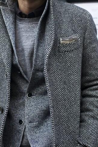 Cómo combinar una camisa de manga larga negra en invierno 2021: Opta por una camisa de manga larga negra y un abrigo largo de espiguilla gris para un lindo look para el trabajo. Este look es una elección fantastica si tu en busca de un look invernal.
