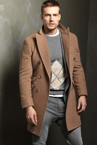 Cómo combinar: abrigo largo marrón claro, blazer de lana de espiguilla gris, jersey con cuello circular de rombos gris, camiseta con cuello circular blanca