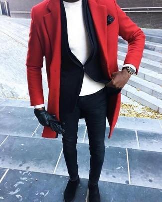 Cómo combinar: abrigo largo rojo, blazer negro, jersey con cuello circular blanco, vaqueros pitillo azul marino