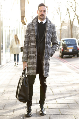Cómo combinar: abrigo largo de pata de gallo en negro y blanco, blazer negro, jersey con cuello circular negro, camisa de vestir blanca