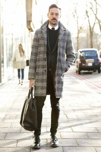 Cómo combinar una bolsa tote de cuero negra: Para un atuendo tan cómodo como tu sillón empareja un abrigo largo de pata de gallo gris junto a una bolsa tote de cuero negra. Opta por un par de botas casual de cuero negras para mostrar tu inteligencia sartorial.