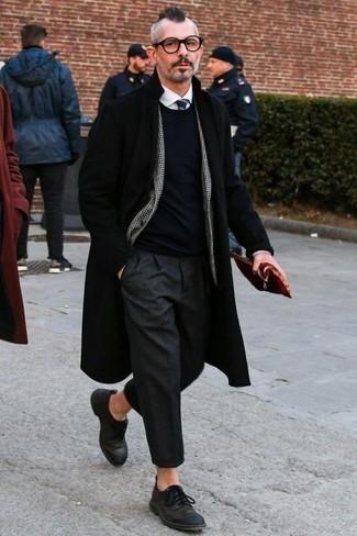 Cómo combinar un blazer de pata de gallo en blanco y negro: Opta por un blazer de pata de gallo en blanco y negro y un pantalón de vestir en gris oscuro para rebosar clase y sofisticación. Zapatos derby de cuero negros son una sencilla forma de complementar tu atuendo.