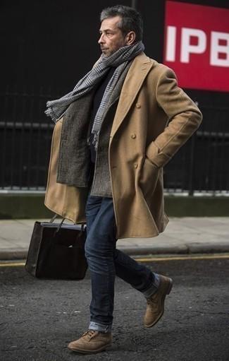 Cómo combinar un blazer de lana de tartán gris: Equípate un blazer de lana de tartán gris con unos vaqueros azul marino para una vestimenta cómoda que queda muy bien junta. ¿Te sientes valiente? Opta por un par de zapatos derby de ante marrón claro.