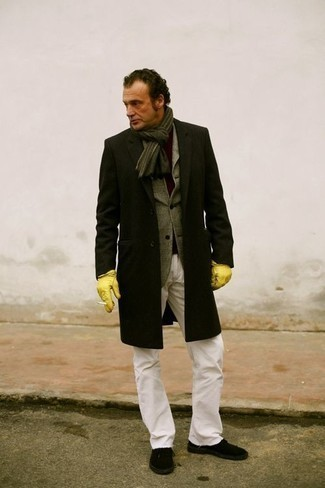 Cómo combinar una bufanda: Emparejar un abrigo largo negro junto a una bufanda es una opción atractiva para el fin de semana. Tenis de lona negros son una opción buena para completar este atuendo.