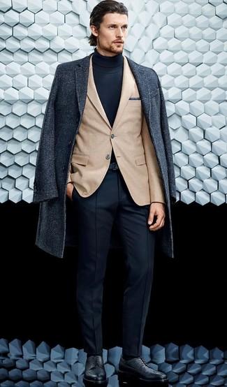 Cómo combinar: abrigo largo en gris oscuro, blazer marrón claro, jersey de cuello alto azul marino, pantalón de vestir azul marino