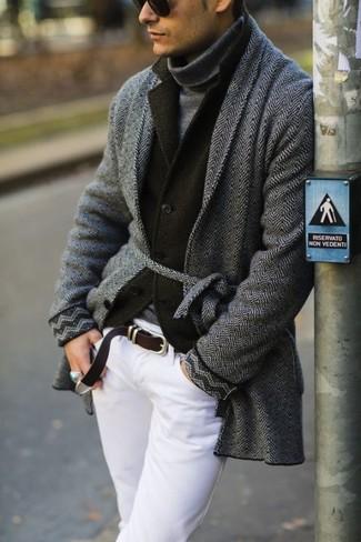 Cómo combinar un abrigo largo en gris oscuro: Emparejar un abrigo largo en gris oscuro junto a un pantalón chino blanco es una opción inmejorable para un día en la oficina.