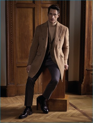 Cómo combinar: abrigo largo marrón claro, blazer marrón claro, jersey de cuello alto marrón claro, pantalón de vestir de rayas verticales en marrón oscuro