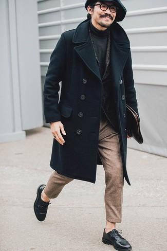 Cómo combinar: abrigo largo negro, blazer de lana de espiguilla en gris oscuro, jersey de cuello alto en gris oscuro, pantalón de vestir de lana marrón