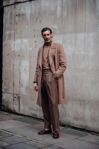 Cómo combinar: abrigo largo marrón claro, blazer marrón claro, jersey de cuello alto marrón claro, pantalón de vestir marrón