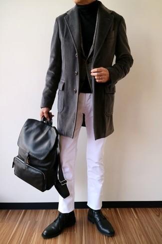 Cómo combinar: abrigo largo negro, blazer de lana de tartán en gris oscuro, jersey de cuello alto negro, pantalón chino blanco