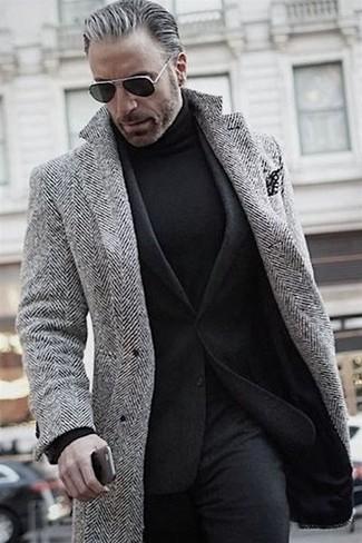 Cómo combinar: abrigo largo de espiguilla gris, blazer de lana negro, jersey de cuello alto negro, pantalón de vestir de lana negro