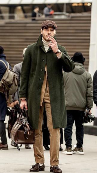Cómo combinar: abrigo largo verde oliva, blazer de pana marrón claro, jersey de cuello alto blanco, pantalón de vestir de pana marrón claro