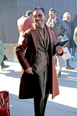 Cómo combinar: abrigo largo en tabaco, blazer a cuadros en marrón oscuro, jersey de cuello alto gris, pantalón de vestir a cuadros gris