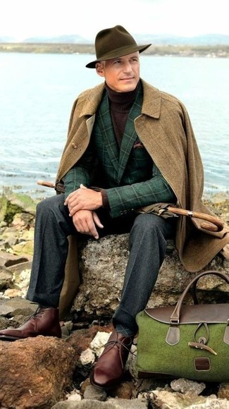 Cómo combinar: abrigo largo marrón, blazer de lana a cuadros verde oscuro, jersey de cuello alto en marrón oscuro, pantalón de vestir de lana en gris oscuro