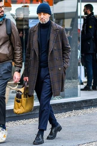 Cómo combinar: abrigo largo a cuadros en marrón oscuro, blazer negro, jersey de cuello alto azul marino, pantalón de vestir azul marino