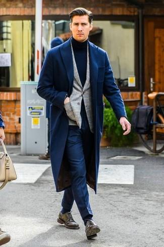 Cómo combinar: abrigo largo azul marino, blazer de tartán gris, jersey de cuello alto azul marino, pantalón de vestir azul marino