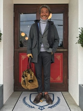 Cómo combinar: abrigo largo gris, blazer de lana gris, jersey de cuello alto de punto gris, pantalón de vestir en gris oscuro