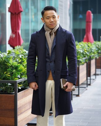 Cómo combinar: abrigo largo azul marino, blazer de lana azul marino, jersey de cuello alto marrón claro, pantalón de vestir blanco