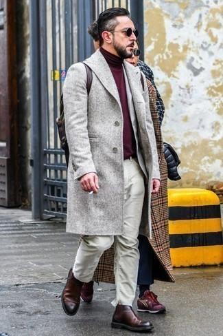 Cómo combinar un abrigo largo: Considera emparejar un abrigo largo junto a unos vaqueros en beige para lograr un look de vestir pero no muy formal. Con el calzado, sé más clásico y opta por un par de botines chelsea de cuero burdeos.