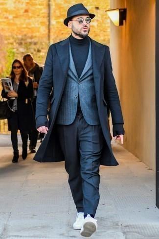 Cómo combinar un abrigo largo: Emparejar un abrigo largo con un pantalón de vestir azul marino es una opción perfecta para una apariencia clásica y refinada. Si no quieres vestir totalmente formal, haz tenis de lona blancos tu calzado.