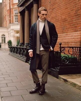 Cómo combinar una bufanda marrón claro: Opta por la comodidad en un abrigo largo negro y una bufanda marrón claro. Opta por un par de botas brogue de cuero en marrón oscuro para mostrar tu inteligencia sartorial.