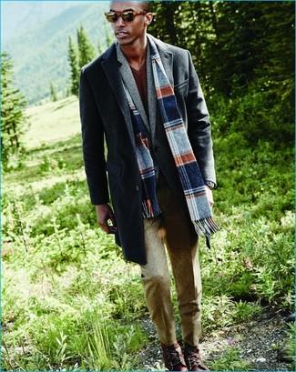 Accede a un refinado y elegante estilo con un jersey de pico marrón y un pantalón de vestir de lana en beige. ¿Quieres elegir un zapato informal? Completa tu atuendo con botas casual de cuero burdeos para el día.