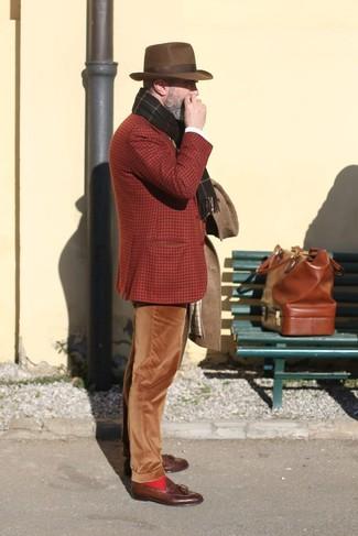 Cómo combinar: abrigo largo marrón, blazer de lana de tartán en tabaco, pantalón chino de pana marrón, mocasín con borlas de cuero marrón