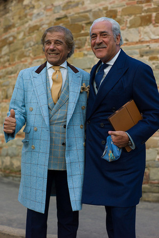 Cómo combinar: abrigo largo de tartán en turquesa, blazer de tartán en turquesa, pantalón de vestir azul marino, corbata marrón claro