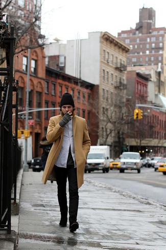 Equípate un abrigo largo marrón claro con unos vaqueros negros para después del trabajo. Agrega botines chelsea de ante negros a tu apariencia para un mejor estilo al instante.