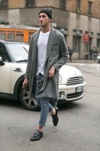 Cómo combinar: abrigo largo gris, camisa de manga larga de tartán gris, camiseta con cuello circular blanca, vaqueros pitillo grises