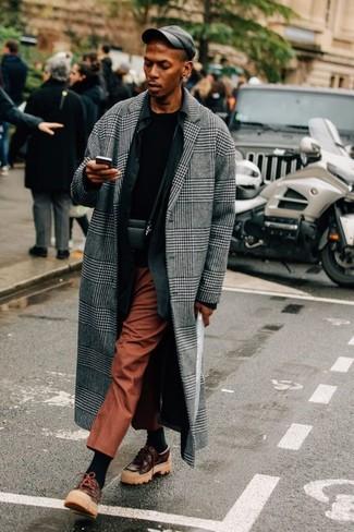 Cómo combinar un bolso mensajero de cuero negro: Emparejar un abrigo largo de tartán gris con un bolso mensajero de cuero negro es una opción incomparable para el fin de semana. ¿Por qué no ponerse náuticos de cuero en marrón oscuro a la combinación para dar una sensación más clásica?