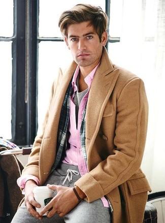 Cómo combinar: abrigo largo marrón claro, camisa de manga larga rosada, camiseta con cuello circular gris, pantalón de chándal gris