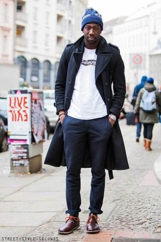 Cómo combinar una camisa de manga larga negra en invierno 2021: Equípate una camisa de manga larga negra junto a un pantalón chino azul marino para un look diario sin parecer demasiado arreglada. Completa el look con botas safari de cuero burdeos. Es una solución bellísima si tu buscas un look invernal.